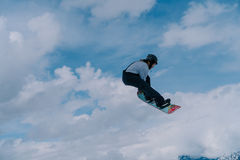 2017 04 Sochi, Ryssland, festival NewStarCamp: snowboarderen hoppar från en hög språngbräda Arkivbilder