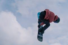 2017 04 Sochi, Ryssland, festival NewStarCamp: snowboarderen hoppar från en hög språngbräda Royaltyfria Bilder