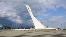 SOCHI RYSSLAND - JUNI 14: Den olympiska facklan med springbrunnar i olympiskt parkerar i bakgrundstimelapsen för russia sochi för lager videofilmer