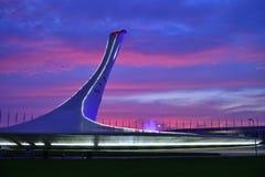 Sochi Ryssland - Maj 29 2018 Bunke av den olympiska flamman Firebird och springbrunnen i aftonen Royaltyfria Foton