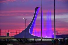 Sochi Ryssland - Maj 29 2018 Bunken av den olympiska flamman Firebird och springbrunnen i olympiskt parkerar i aftonen Arkivfoton