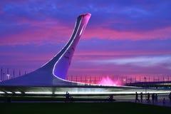 Sochi Ryssland - Maj 29 2018 Bunken av den olympiska flamman och springbrunnen i olympiskt parkerar i aftonen Arkivfoton