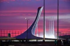 Sochi Ryssland - Maj 29 2018 Bunken av den olympiska flamman och springbrunnen i olympiskt parkerar i aftonen Royaltyfri Foto