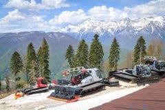 SOCHI RYSSLAND, 02 MAJ 2017: Sakkunnigmaskiner för förberedelsen av skidar körningar på bakgrunden av berg Royaltyfri Foto