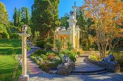 SOCHI RYSSLAND OKTOBER 17, 2015: Morisk gazebo i arboretumen Royaltyfri Bild