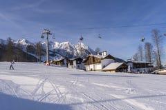 Sochi Ryssland, 11-01-2018 Rosa Khutor skidar semesterorten En av skidar lutningar på en klar dag arkivfoton