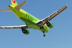 Flygbussen A319 sprutar ut flygplan royaltyfri fotografi