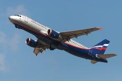 Flygbussen A320 sprutar ut flygplan Royaltyfri Foto