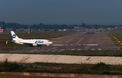 Boeing 737-800 sprutar ut flygplan Arkivbilder