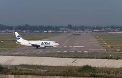 Boeing 737-800 sprutar ut flygplan Royaltyfri Bild