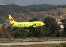 Boeing 737-800 sprutar ut flygplan Royaltyfria Foton
