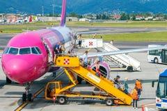 Société d'aviation de Wizz Air d'avions à l'aéroport de Bergame Images stock