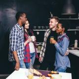 Société dans la cuisine, couples heureux, communication Photos libres de droits