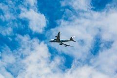 Société de cargaison de pont en air de Boeing 747-400 dans le ciel images libres de droits