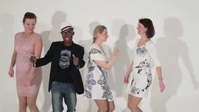 Société de danse des femelles mignonnes mûres et mâle noir charismatique dans le studio banque de vidéos