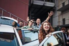 Société de quatre amis entrant dans la voiture Image libre de droits