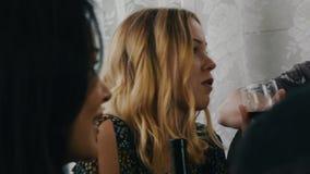 Société des amis causant à la table sur la terrasse de la maison de campagne Vin rouge de boissons clips vidéos