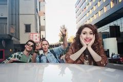 Société des amis entrant dans la voiture Photos stock
