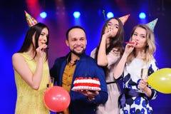 Société des amis gais dans des chapeaux de fête pour célébrer l'événement Photos stock