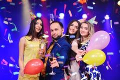Société des amis gais dans des chapeaux de fête pour célébrer l'événement Photographie stock