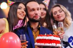 Société des amis gais dans des chapeaux de fête pour célébrer l'événement Photographie stock libre de droits