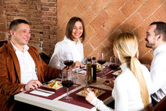 Société des amis mangeant le dîner délicieux Image libre de droits