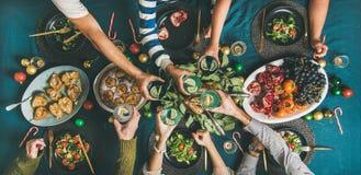 Société des amis ou du rassemblement de famille pour le dîner de Noël photo stock