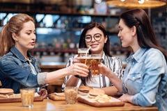 Société des filles faisant tinter des verres Images libres de droits