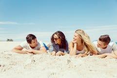 Société des jeunes sur la plage Photographie stock