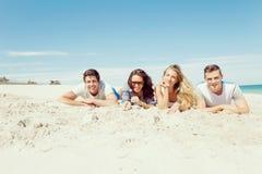 Société des jeunes sur la plage Photo stock