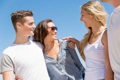 Société des jeunes sur la plage Image stock