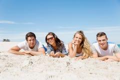 Société des jeunes sur la plage Image libre de droits