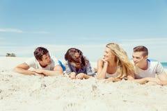 Société des jeunes sur la plage Photos stock