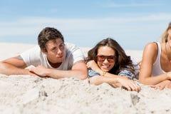 Société des jeunes sur la plage Images stock