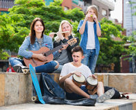 Société des musiciens de sourire d'adolescents Photo stock