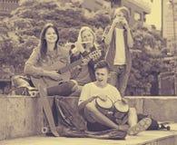 Société des musiciens de sourire d'adolescents Photo stock