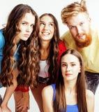 Société des types de hippie, du garçon rouge barbu de cheveux et des étudiantes ayant des amis d'amusement ensemble, style divers Photographie stock libre de droits