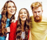 Société des types de hippie, du garçon rouge barbu de cheveux et des étudiantes ayant des amis d'amusement ensemble, style divers Images libres de droits