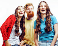 Société des types de hippie, du garçon rouge barbu de cheveux et des étudiantes ayant des amis d'amusement ensemble, style divers Photos stock