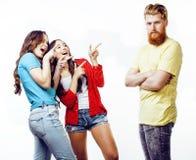 Société des types de hippie, du garçon rouge barbu de cheveux et des étudiantes ayant des amis d'amusement ensemble, style divers Photographie stock