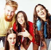 Société des types de hippie, du garçon rouge barbu de cheveux et des étudiantes ayant des amis d'amusement ensemble, style divers Photos libres de droits