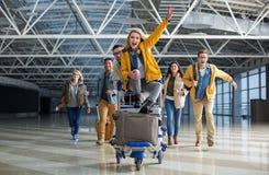 Société heureuse des touristes se dépêchant pour le jet Image stock