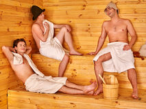 Société masculine dans le chapeau détendant au sauna Photos libres de droits