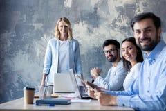 Société réussie avec les travailleurs heureux dans le bureau moderne photos stock