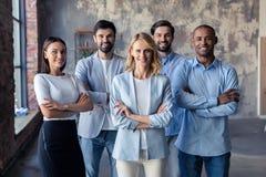 Société réussie avec les travailleurs heureux dans le bureau moderne photo stock