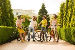 Société sportive des amis avec des bicyclettes dehors Photographie stock libre de droits
