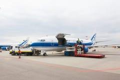 Société Volga-Dniepr de Boeing 737 Avions de cargaison se préparant au décollage Photographie stock