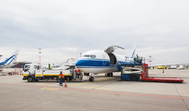Société Volga-Dniepr de Boeing 737 Avions de cargaison se préparant au décollage Photo libre de droits