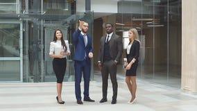 Soci commerciali alla presentazione di nuovo edificio per uffici moderno stock footage