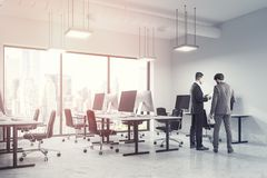 Soci commerciali bianchi dell'interno dell'ufficio dello spazio aperto Fotografia Stock Libera da Diritti